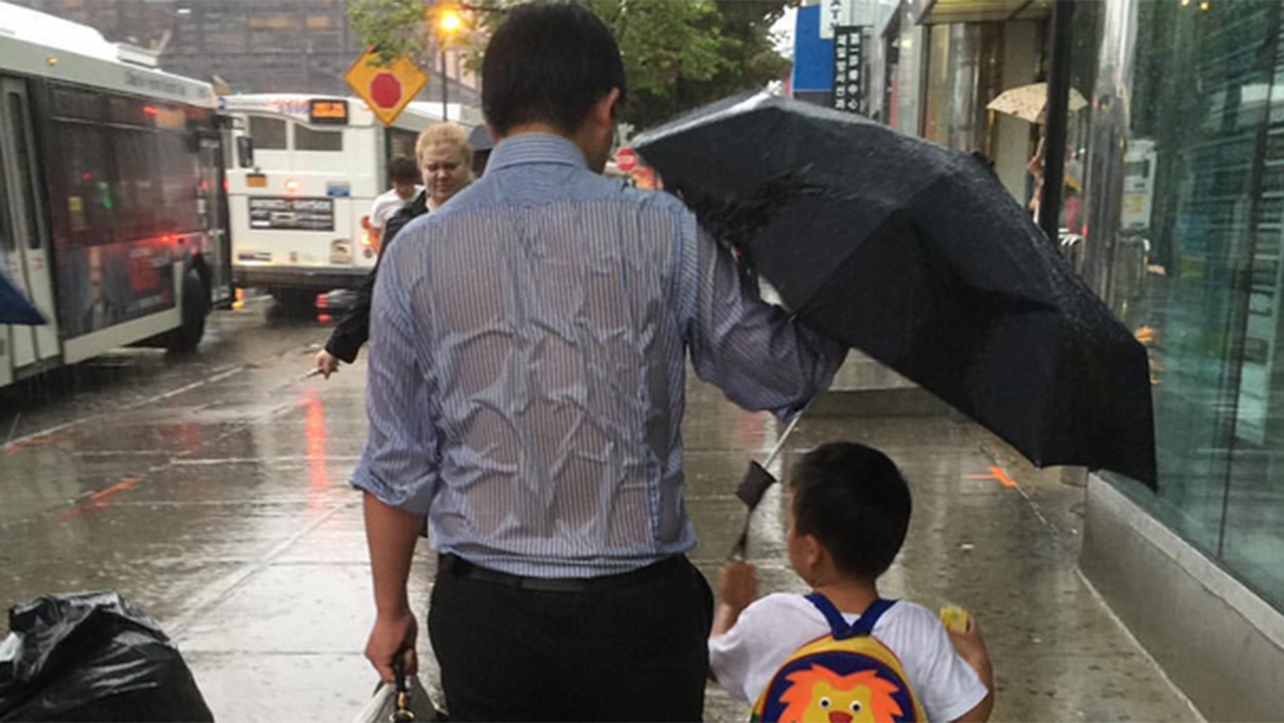 dad-holds-umbrella-today-tease-1-150914_787a932e0b59a53eb03e290710e7ffd2